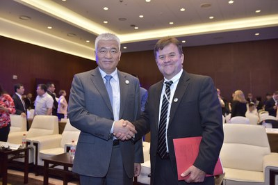 Wang Zhigang, Party Secretary and Vice Minister, Ministry of Science and Technology shook hands with Eric Heitz, CEO and Co-Founder, Energy Foundation