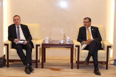 国际可再生能源署总干事 Adnan Z. Amin 和创新技术中心主任 Dolf Gielen 接受记者访问