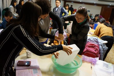 2015年12月22日-23日,遂宁种子教师培训,老师们动手操作测试肺活量实验