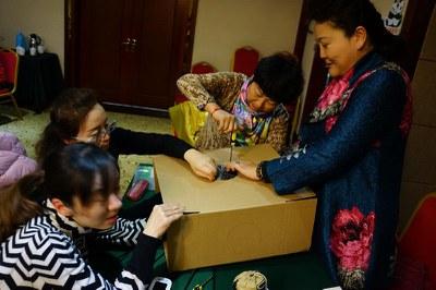 2015年12月22日-23日,遂宁种子教师培训,老师们正在进行简易空气净化器的制作实验