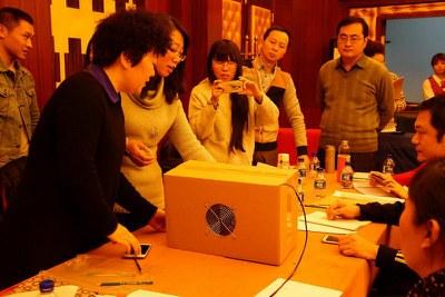 """2016年1月14日上午,""""重现蓝天""""教材培训北京场,检验净化器的净化效果"""