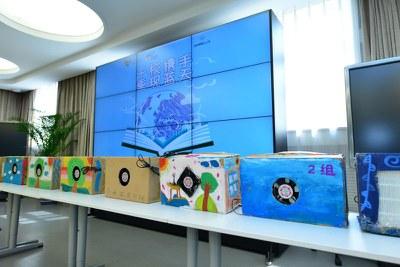 """2016年5月20日上午,""""重现蓝天""""媒体观察团活动,同学们制作的空气净化器"""