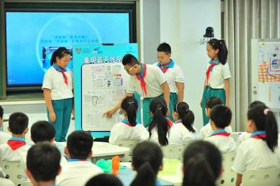 """2016年5月20日上午,""""重现蓝天""""媒体观察团活动,同学们介绍手绘作品"""